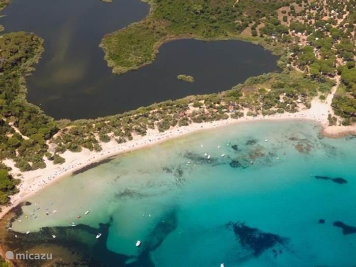 Luchtfoto van Plage Villata met het schildpaddenmeer. In deze regio leven veel wilde land- en waterschildpadden.