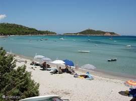 Plage Villata is bij uitstek geschikt voor kleinere kinderen. De baai is ondiep, met rustig water en helder wit zand. Het strand is gescheiden in een naturistisch (2/3) en gekleed (1.3)gedeelte.