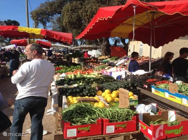 De Marokkaanse markt op zondag in Porto Vecchio. U vindt er groenten, fruit, vleeswaren, kaas en vis