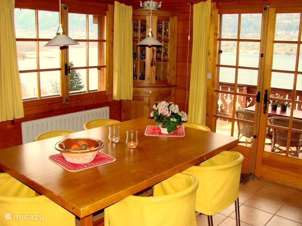 de eetkamer met openslaande deuren naar balkon