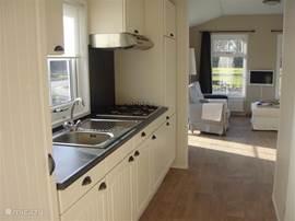 luxe keuken met 4 pits gasstel,koel-/vriescombinatie,kunststof aanrechtblad, boven-/zijkastjes en afzuigkap