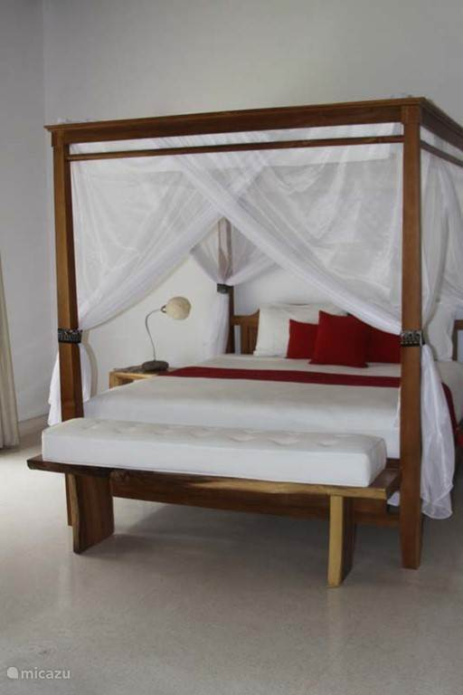 slaapkamer 30m2 met zitje en tv badkamer 12 m2 met grote wastafel - inloopdouche en toilet