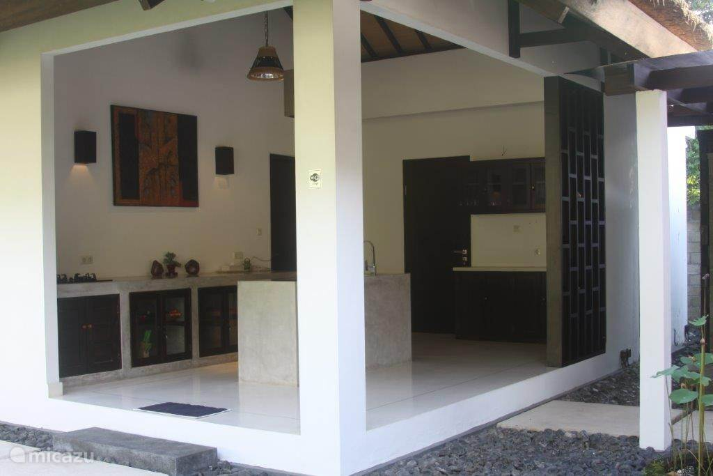 Open keuken met betonnen aanrecht - 3 pits gaskookplaat.