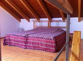 Ruime slaapkamer boven