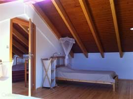 Ook de 2e sklaapkamer boven is ruim en sfeertvvol. Et staan 2 bedden.