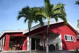 Eindelijk is het dan zo ver! Na een half jaar renovatie is ons vakantiehuis op Curacao klaar. Doordat wij maar een paar keer per jaar op het eiland zijn hebben wij ervoor  gekozen om het huis te verhuren en zo ook aan alles gedacht  om het U zo aangenaam mogelijk te maken in ons huis.
