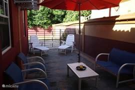 Doordat je op curaçao meestal buiten zit hebben wij drie zithoeken rondom het huis geplaatst zodat u op ieder tijdstip van de dag de beste plek kunt kiezen om lekker te ontspannen.