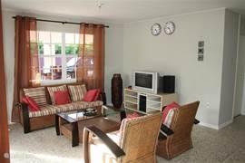 L-vormige woonkamer voorzien van tv, dvd, WiFi.