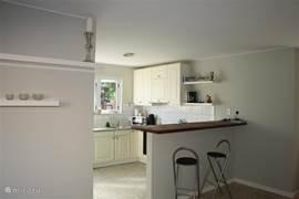 Open keuken voorzien van een wasmachine, elektrische oven/kookplaat, magnetron,  koelkast, senseo-apparaat, klassieke koffiezetapparaat, waterkoker en nodige serviesgoed,  glaswerk en bestek.