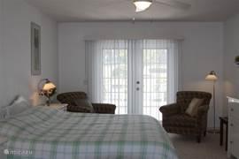 Gasten bedroom met deur naar terras