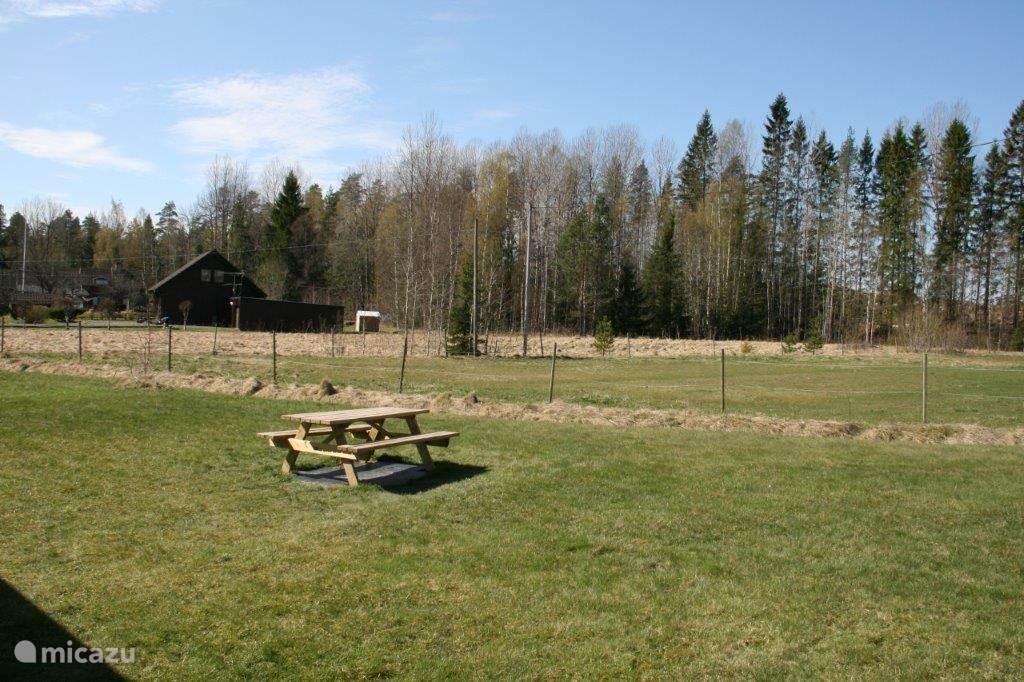 De picknicktafel in de achtertuin