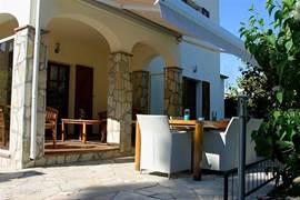 Ruim terras met grote tafel en 6 comfortabele stoelen. Elektrisch zonnescherm aanwezig.