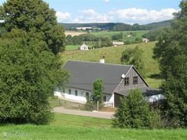 Het huis is vrij en ruim gelegen in een heuvelachtig landschap.