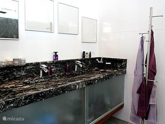 Een gedeelte van de badkamer van de Master Suite.