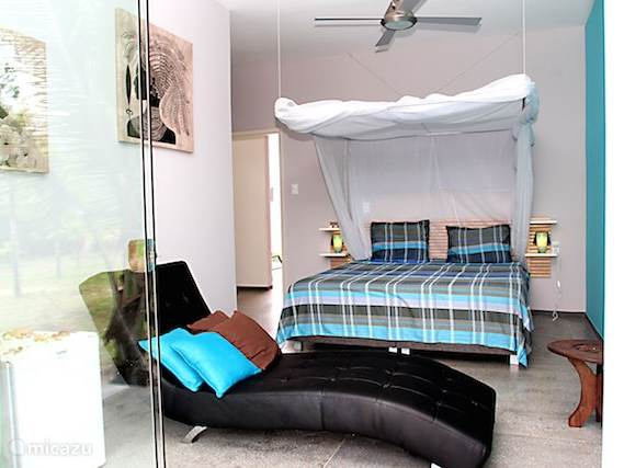 De blauwe kamer, compleet met airco, ventilator en kledingkast.