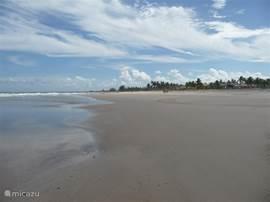 Een prachtig breed zandstrand, waar je buiten het weekend, weinig mensen ziet.