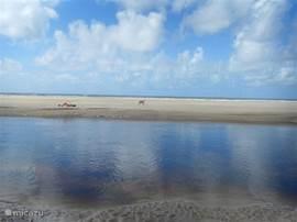 De rivier Taquari met daarachter het strand en de Atlantische Oceaan.