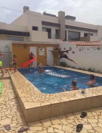 Onze gasten genieten van het zwembad