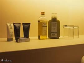 Heerlijk geurende shampoo, douchegel, zeep en bodylotion staan ter beschikking.