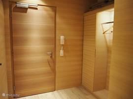 De entree/hal heeft een kast en een garderobe met een intercom wordt de ingang beneden bediend.