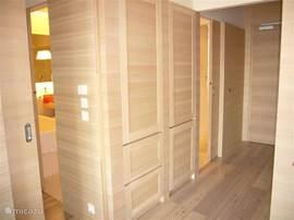 Gebouwd als een loft, staan alle ruimten met elkaar in verbinding via schuifdeuren.