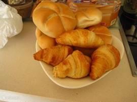 Iedere ochtend verse broodjes en croissants.... Even afspreken in het hotel en ze worden iedere ochtend vers aan je deur gehangen...