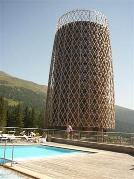 In de bergen gelegen met riant uitzicht, groot balkon, alle luxe en uitgebreide zwem- en spa faciliteiten!
