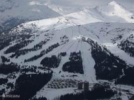 Het appartement ligt midden in het ski-gebied met ski-pistes naar alle windrichtingen....