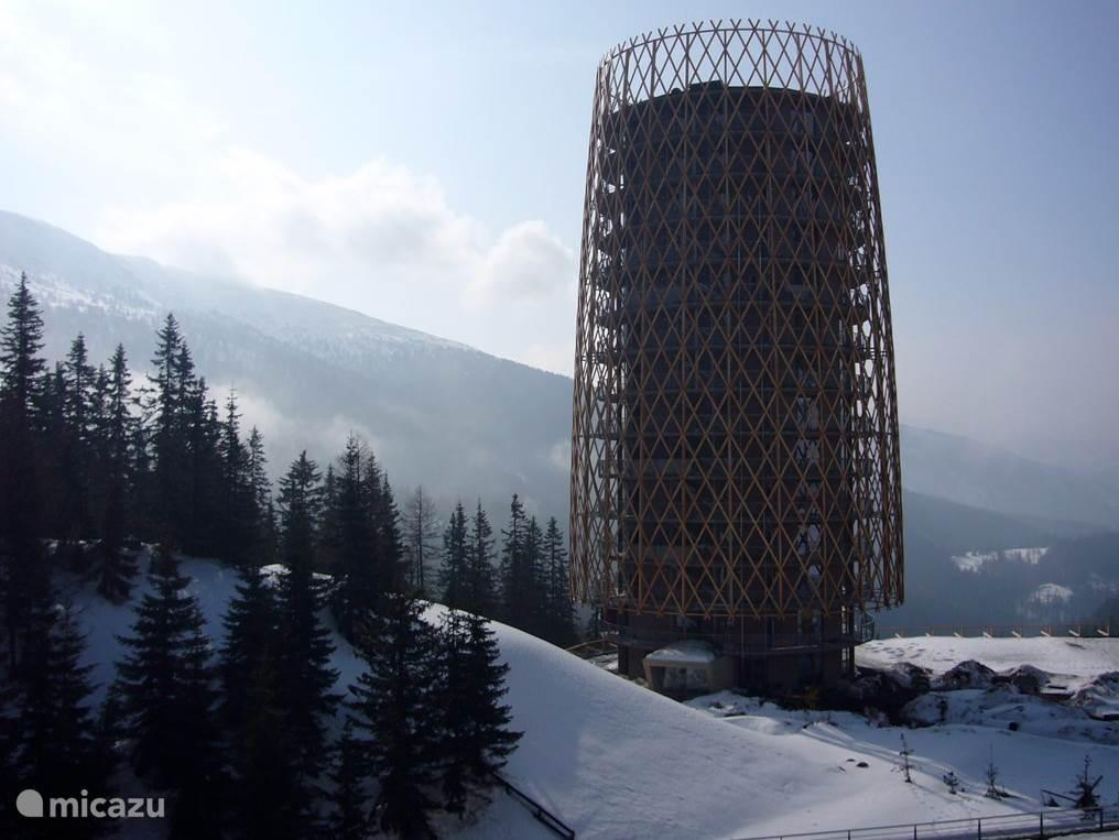 Het exclusieve appartement Tannenbaum ontworpen door de Italiaanse architect Mateo Thun, ligt op de 9e verdieping in het 100% sneeuwzekere ski-gebied van Katschberg. Pracht uitzicht over de bergen. Uitgebreid Spa en Wellness center staan eveneens tot je beschikking.