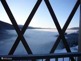 Vanaf het grote ronde balkon op het zuiden gelegen, met (lig)stoelen en tafel heb je een riant uitzicht op de bergen en het dal. Door de hoogte ben je soms deelgenoot van een pracht natuurverschijnsel waarbij de wolken onder je balkon door drijven waardoor je je boven de wolken bevindt...