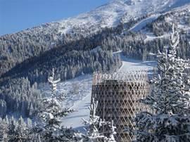 Het appartement ligt hoog, op 1640 meter. Prachtig gelegen tussen de dennenbomen met schone lucht en omringende bergtoppen. Vanaf het grote ronde balkon kijk je vanuit je luie stoel over de pistes en bergen. Door ligging op het zuiden is er de gehele dag zon.