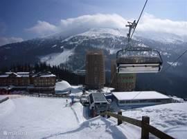 Ski-In Ski-Out. Geen gesleep maar rechtstreeks op de latten de afdaling af... of met de lift verder de bergen in. Naar verschillende richtingen liggen ski-gebieden waaronder de langste afdaling van de Alpen van zo'n 6 km. Altijd sneeuw op de brede pistes en gunstig gelegen in zonnige Zuid Alpen.