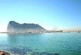 Vanuit het strand kun je de rots van Gibraltar zien liggen
