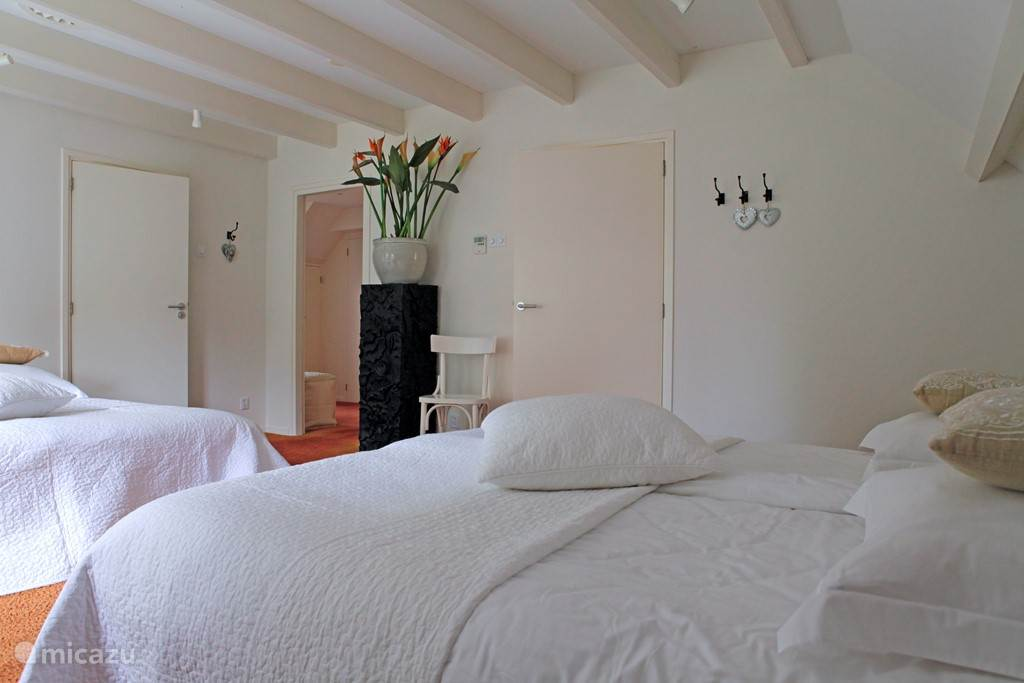 Grote slaapkamer met 4 slaapplaatsen en aparte kleedruimte. Aansluitend luxe badkamer.