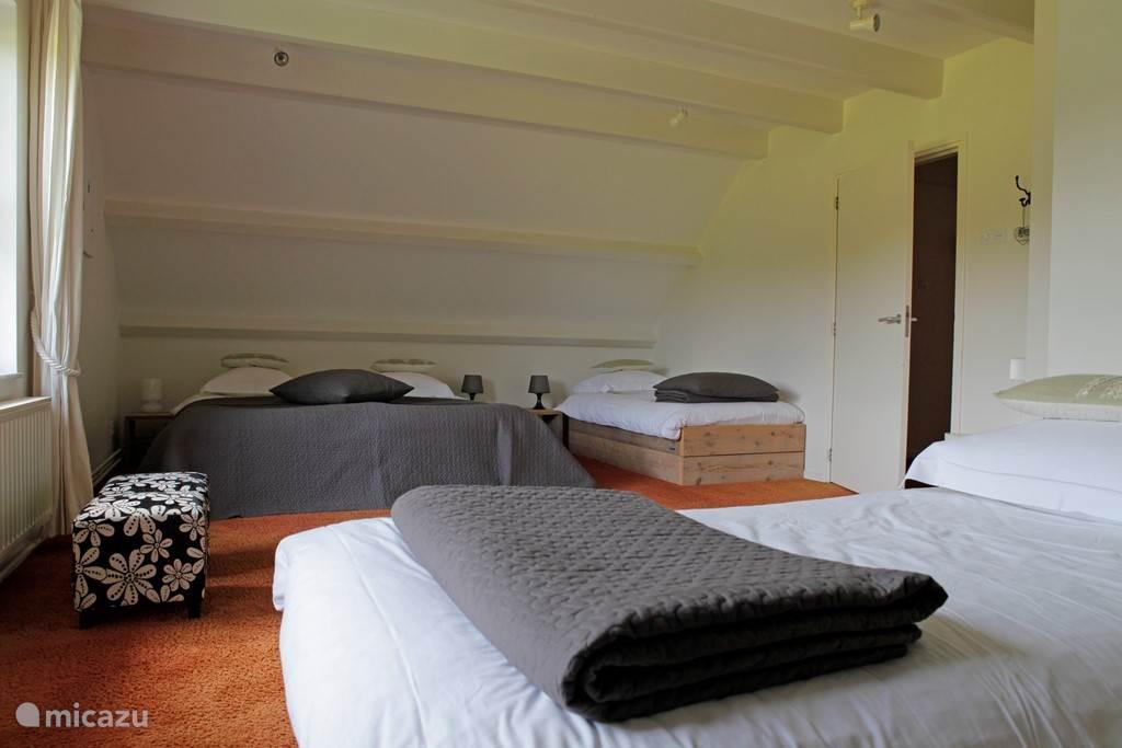 Slaapkamer met vier slaapplaatsen en badkamer aansluitend.