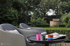 Schön angelegten Garten mit mehreren gemütlichen Ecken und Holz beheizte Whirlpools