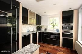 Umfangreiche Küche mit Geschirrspüler, Mikrowelle, zwei Backöfen, Dampfgarer, Grill und tepanyakiplaat