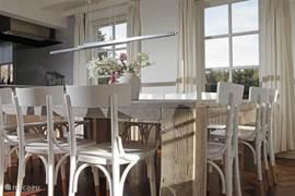 Küche mit großem Essbereich für 14 Personen