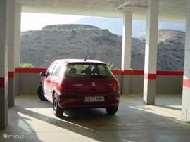 Alhoewel alles prima te belopen is kunt u hier de auto kwijt. In deze garage heeft uw auto een eigen plek.