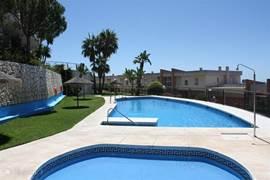 Dit is het zwembad waar heerlijk gezwommen kan worden. En waar ruimte is om lekker te kunnen zonnebaden.