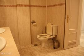 Er bevinden zich 2 royale badkamers voorzien van een douche/bad en toilet.