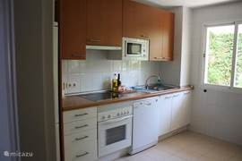 De keuken is voorzien van het nodige apparatuur en benodigdheden