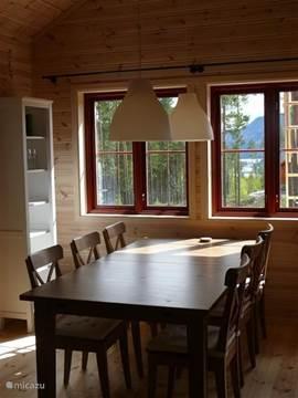 Ruime eethoek, makkelijk plaats voor 8 personen. Of zelfs meer, tafel is ook nog uitschuifbaar.