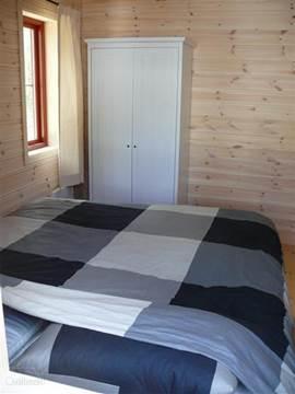 Slaapkamer met kledingkast, hang/lig. 2x 1persoons boxsprings met dekmatras. 4seizoenen 1persoons dekbedden en kussens.