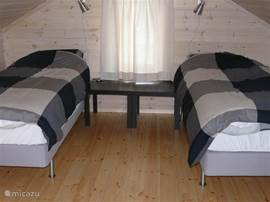 Slaapkamer met 2 ladekasten. 2x 1persoons boxsprings met dekmatras. 4seizoenen 1persoons dekbedden en kussens.