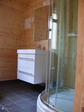 Badkamer met douche, wastafel/meubel en toilet. Vloerverwarming.