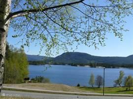 Het meer 'de Nisser' van 40 kilometer lang. Bij Vradal bevinden zich veel eilandjes in het meer.