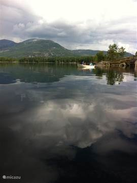 Sprookjesachtige beelden op het meer. Doordat er vaak weinig wind staat is het meer vaak spiegelglad.