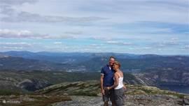 Cees en Jolanda op de top van de Haegefjell. Schitterende wandeling en ongelofelijk uitzicht.