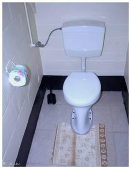het toilet staat in de hal dicht bij de slaapkamer.